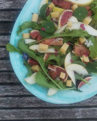 Sensommer salat m. friske figner, pære og serrano skinke