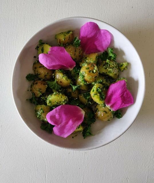 Kartofler med ramsløgspesto og hybenroseblade/LaCucinaNada