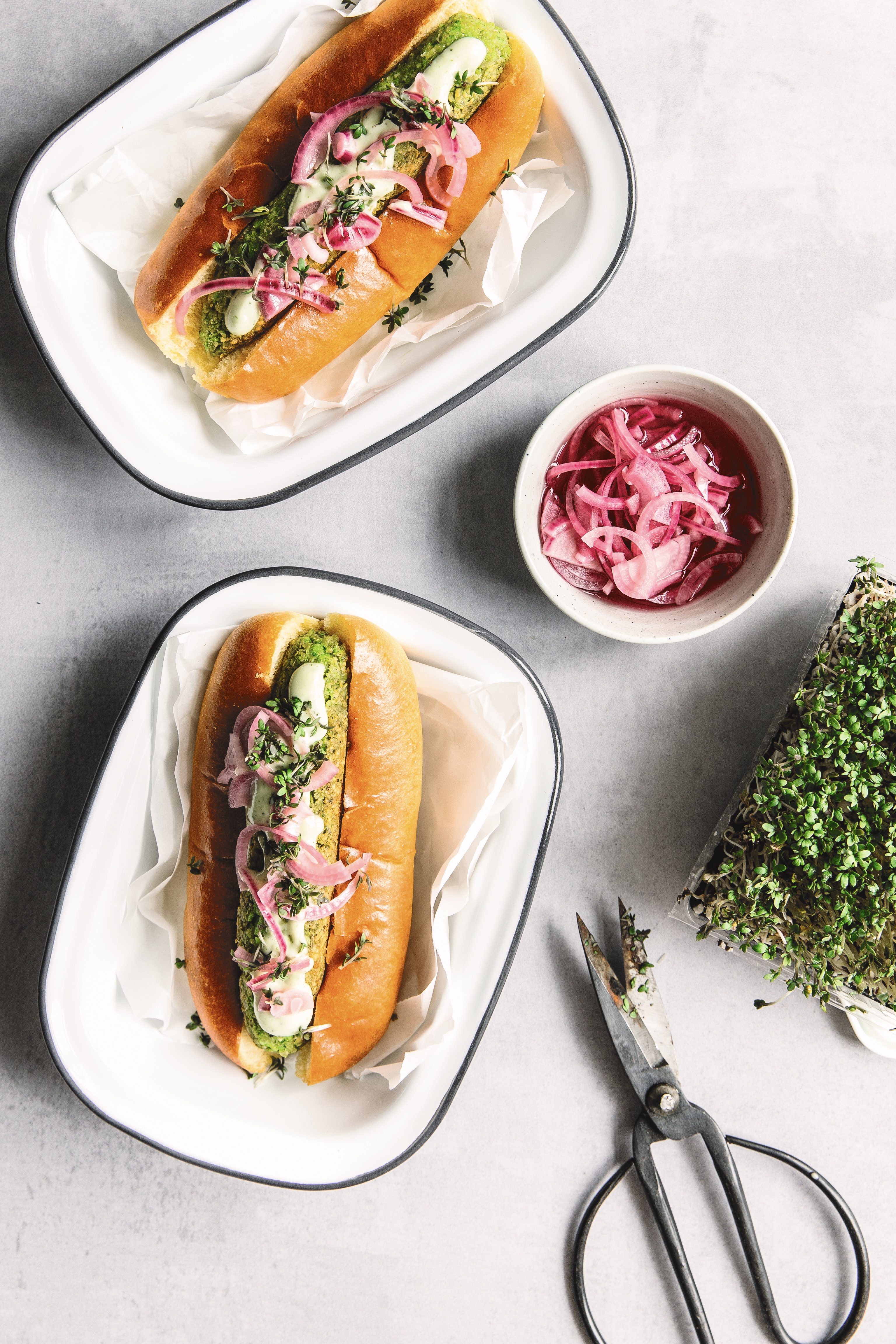 Grønne hotdogs med ærtepølser og syltede rødløg